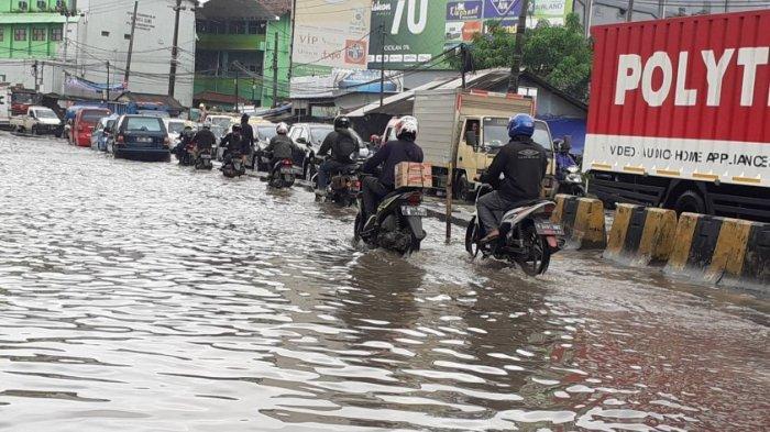 Hujan Akibatkan Banjir di Sejumlah Titik di Jakarta, Ini Tips Terjang Banjir untuk Motor Matic