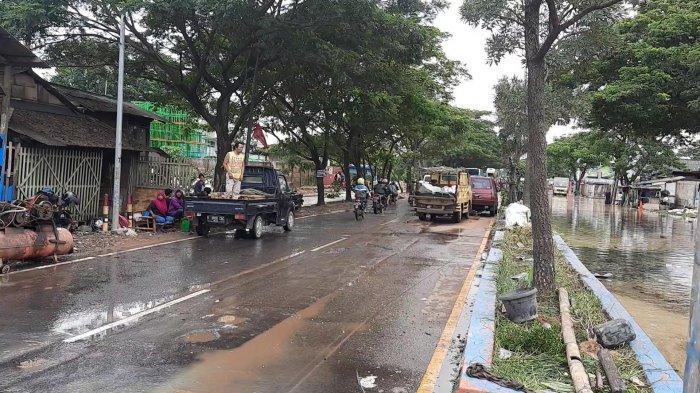 Akses Jalan Rengas Bandung Kecamatan Kedung Waringin, Kabupaten Bekasi, merupakan akses jalur pantura perbatasan Kabupaten Karawang putus akibat banjir, Senin (22/2/2021).