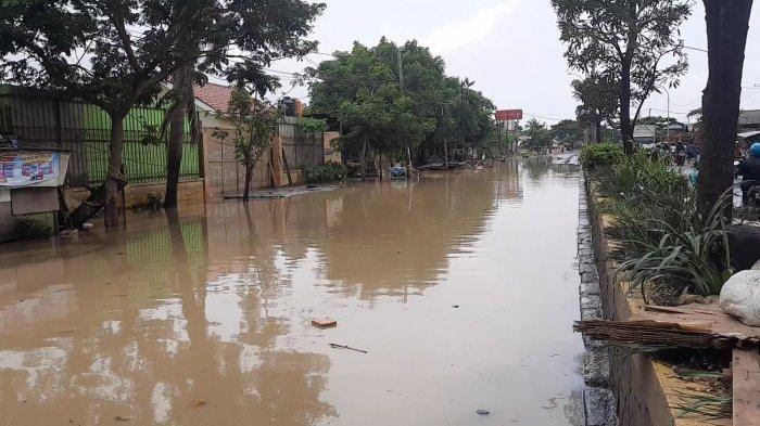 Suasana Jalan Pantura Kabupaten Bekasi, Masih Lumpuh Akibat Banjir Luapan Sungai Citarum