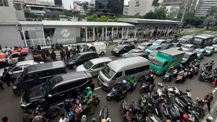 Akses Jalan Sudirman Menuju Medan Merdeka Barat Tetap Dibuka Meskipun Ada Demo