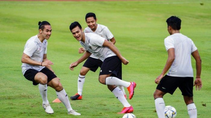 (kiri) saat menjalani latihan di Timnas Indonesia bersama Evan Dimas, Muhammad Rafli dan pemain lainnya.