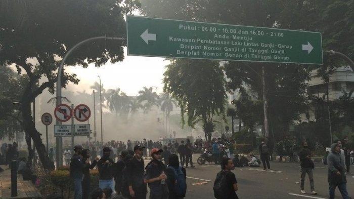 Sejumlah Fasilitas Publik Dirusak Massa Penolak UU Cipta Kerja, Pos Polisi Monas Dibakar