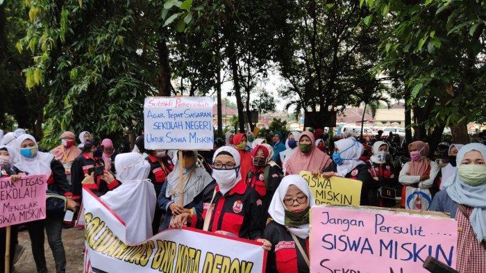 Puluhan Orang Tua Demo di Kantor Wali Kota Depok Tuntut Kuota Siswa Miskin