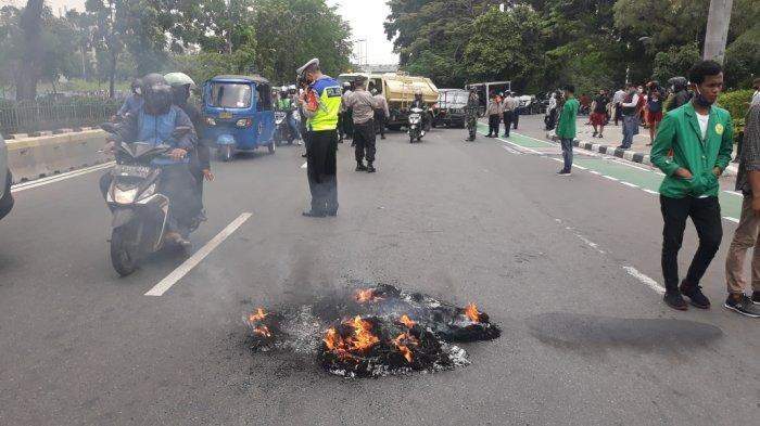 Aksi yang dilakukan mahasiswa Ibnu Chaldun di Jalan Pemuda, Pulgadung, Jakarta Timur, Selasa (13/10/2020).