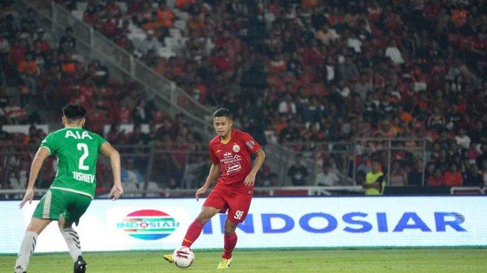 Aksi penyerang muda Persija Jakarta, Taufik Hidayat ketika dipercaya bermain di tim utama.