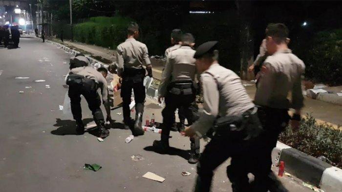Operasi Semut, Aparat Bersihkan Sampah di Sepanjang Trotoar DPR