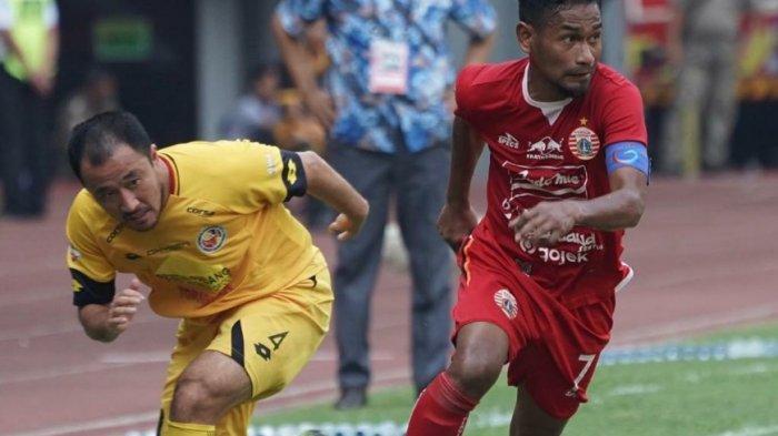 Aksi Ramdani Lestaluhu saat melewati Yu Hyun Koo di Stadion Patriot, Bekasi, Rabu (16/10/2019).