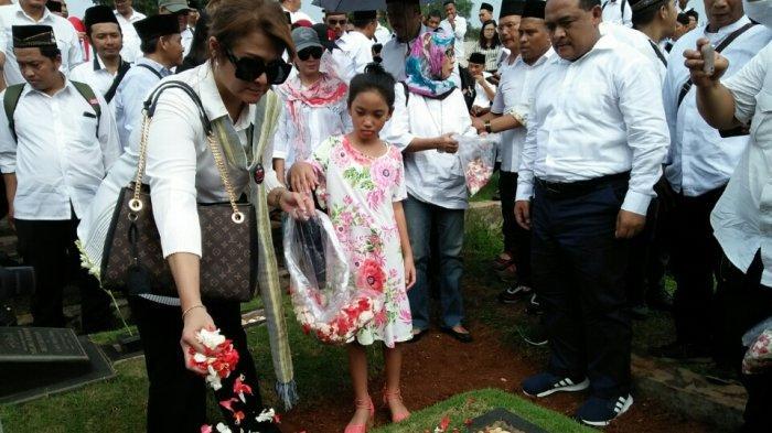 Peringati 21 Tahun Tragedi Trisakti, Aktivis 98 Tabur Bunga di TPU Tanah Kusir