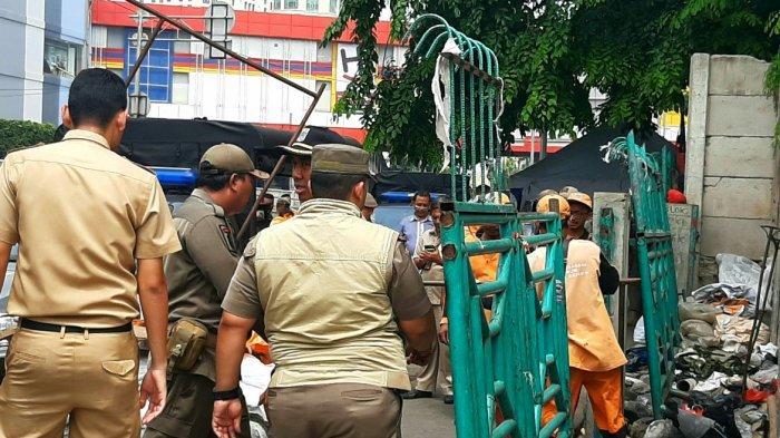 600 Aparat dari Berbagai Unsur Berjaga di Trotoar Jalan Senen