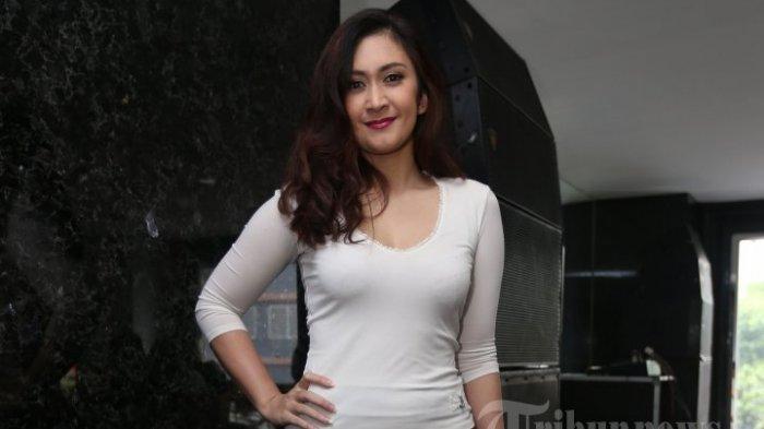 Aktris dan penyanyi, Nafa Urbach ditemui saat menghadiri acara konferensi pers kerjasama antara K-Vision dan MD Corporation di Gedung MD Place, di kawasan Setiabudi, Jakarta Selatan, Selasa (11/11/2014).