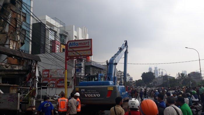 Ekskavator untuk Robohkan Gedung Ambruk Sudah Tiba di Lokasi