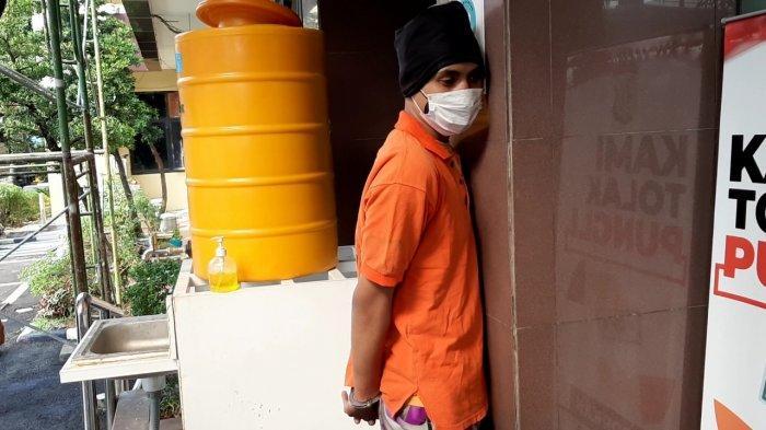 Tangan Diborgol, Penyok Pelaku Pengeroyokan Polisi di Cilandak Hanya Bisa Tertunduk Saat Dihadirkan
