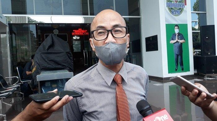Kepala Humas Pengadilan Negeri Jakarta Timur, Alex Adam Faisal saat memberi keterangan terkait pengajuan penangguhan penahanan tim kuasa hukum Rizieq Shihab di Jakarta Timur, Rabu (5/5/2021).