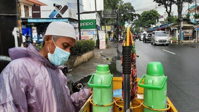 Bapak Ali, penjual kopi di Jalan Lapangan Tembak, Ciracas, Jakarta Timur, Kamis (28/1/2021)