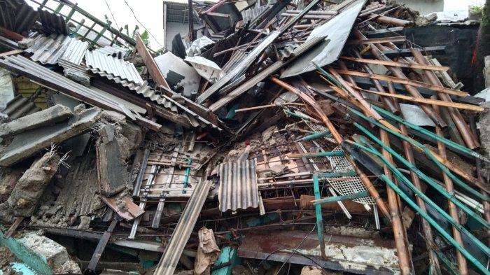 Rumah 2 Lantai di Depok Ambruk Diterpa Hujan Deras, Pak Lurah: Barang Rusak Semua