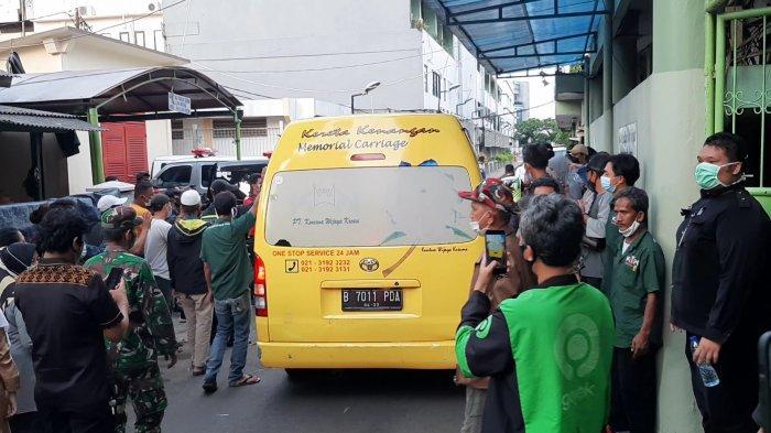 Kerabat korban kebakaran Matraman mengiringi kepergian mobil ambulans yang membawa jenazah, di Rumah Duka RSCM, Jakarta Pusat, Kamis (25/3/2021).