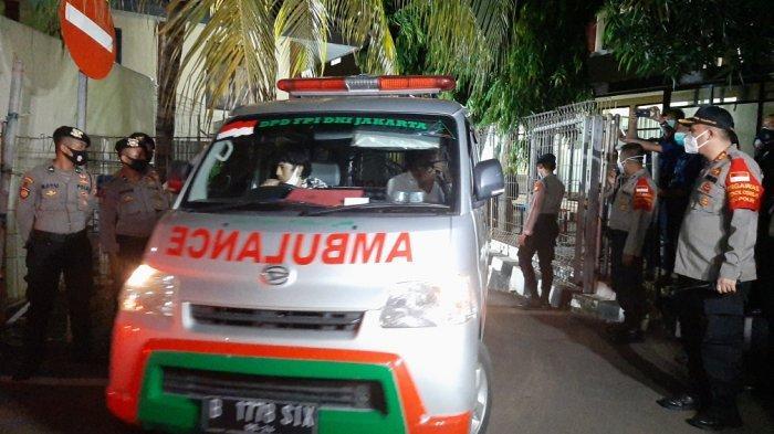 Ambulans FPI yang membawa jenazah pengikut Habib Rizieq Shihab keluar dari RS Polri menuju Petamburan dengan pengawalan pihak kepolisian, Selasa (8/12/2020).