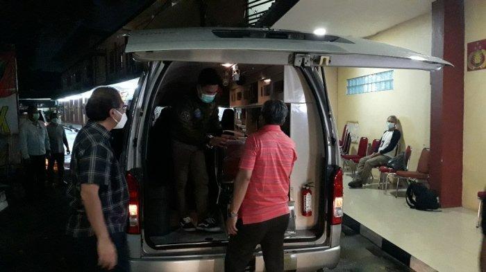 Mobil ambulans yang membawa jenazah Artidjo Alkostar ke Yogyakarta di RS Polri Kramat Jati, Jakarta Timur, Minggu (28/2/2021).