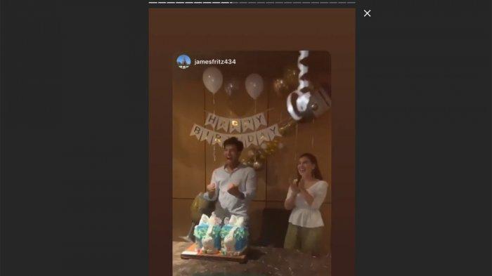 Ammar Zoni sesaat setelah meniup lilin di kue ulang tahunnya.