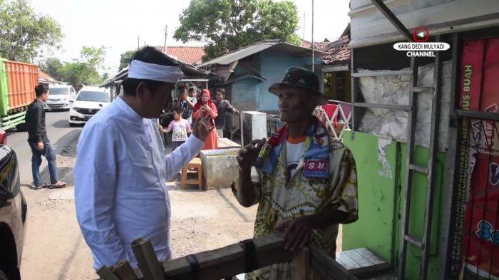 Kang Dedi saat berbincang dengan lansia penjual pengki keliling.