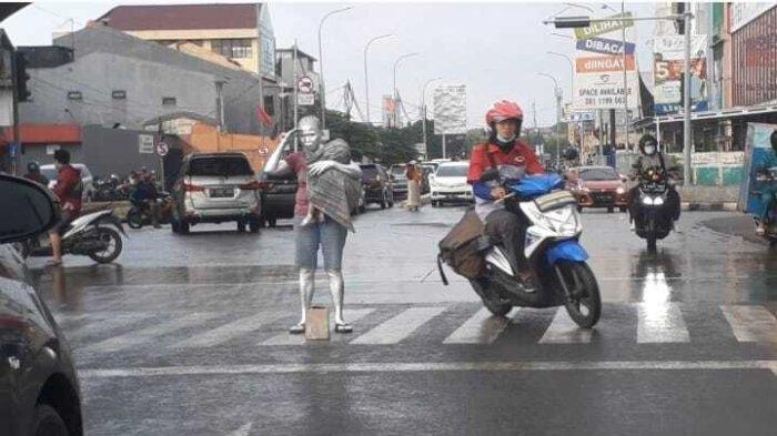 Masih Ada Manusia Silver Anak-Anak di Tangsel, Digendong Seorang Ibu Mengemis di Simpang Gaplek