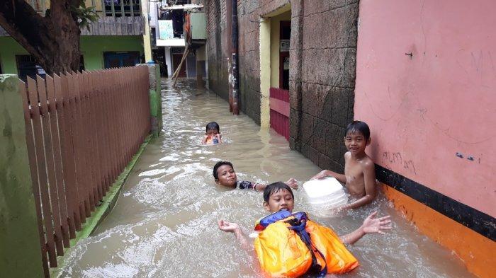 Banjir 2 Meter, Warga Bidara Cina yang Sedang Isolasi Mandiri Bertahan di Lantai 2 Rumah