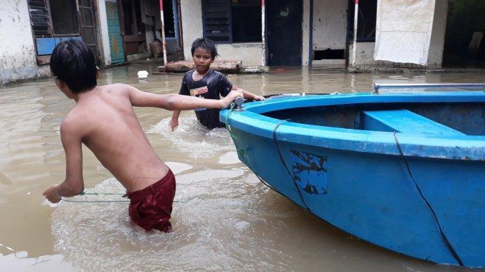 Hingga Sore, Warga Bidara Cina Terendam Banjir 80 Cm
