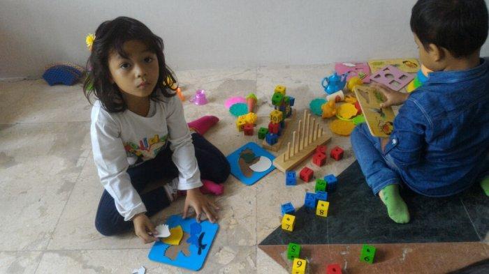 Anak-anak yang bermain di TPA Negeri Yos Sudarso yang berada di lantai dasar Blok R kantor Wali Kota Jakarta Utara, Tanjung Priok, Jakarta Utara, Kamis (1/3/2019).