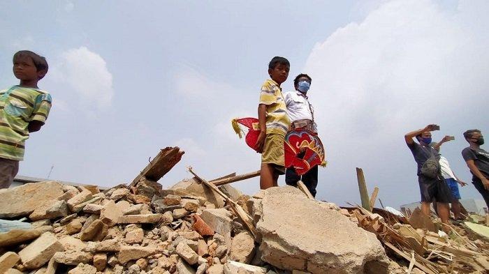 Kisah Pilu Anak-anak Mengais Barang Pasca-penggusuran Lahan Proyek Tol JORR II di Tangerang