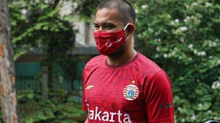 Kiper Persija Jakarta, Andritany Ardhiyasa menggunakan jersey edisi spesial HUT DKI Jakarta ke-493