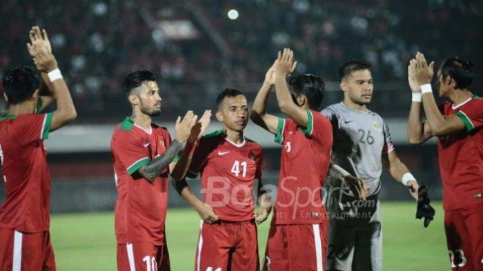 Para pemain timnas U-23 Indonesia, seperti Stefano Lilipaly (kedua dari kiri), Irfan Jaya (ketiga dari kiri), dan Andritany Ardhiyasa (kedua dari kanan) selepas laga uji coba kontra Bali United di Stadion Kapten I Wayan Dipta, Gianyar, Bali, Selasa (31/7/2018).