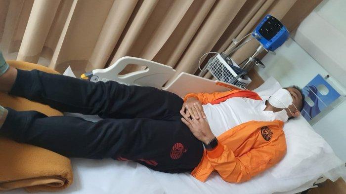 Kiper Persija, Andritany Ardhiyasa saat berada di rumah sakit karena mengalami demam berdarah
