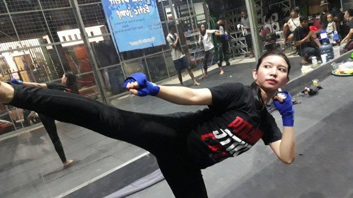 Stuntwoman, Anggi, sedang berlatih di Komunitas Piranha Stunt Indonesia pada Rabu (21/4/2021). Ia sudah berperan sebagai stuntwoman di berbagai film tanah air.