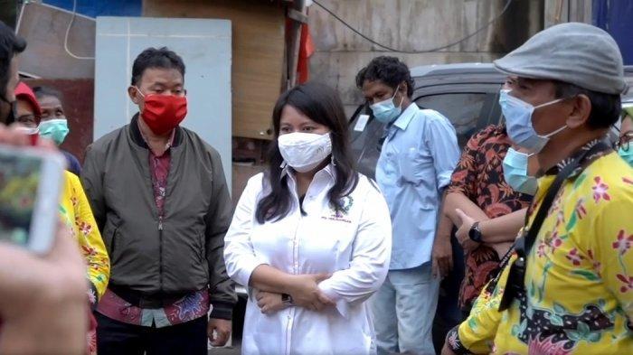 Anggota DPRD DKI Jakarta Fraksi PDIP, Ima Mahdiah saat menemui keluarga yang telah 30 tahun tak punya identitas di Tamansari, Jakarta Barat.