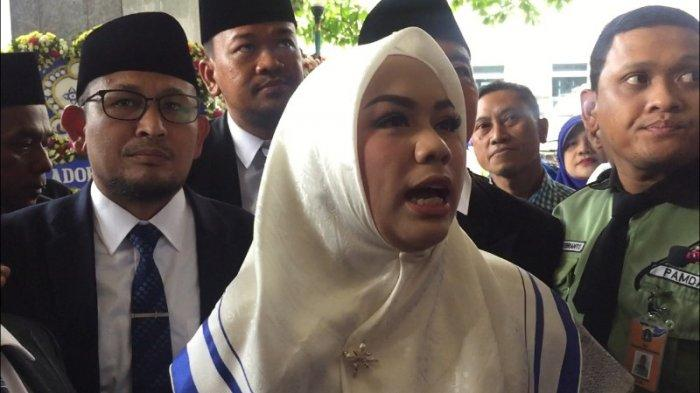 Anggota DPRD DKI Jakarta terpilih Zita Anjani datang ke pelantikan naik angkot, Senin (26/8/2019).