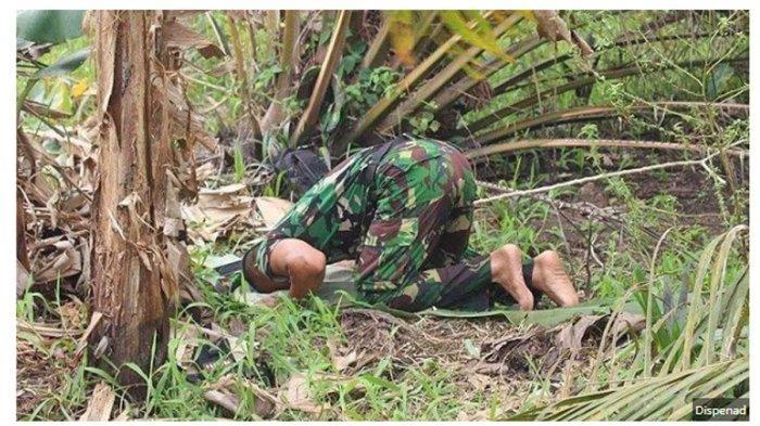 Disela Tugasnya Padamkan Karhutla, Prajurit TNI Tetap Tunaikan Salat: Gunakan Daun Sebagai Sajadah