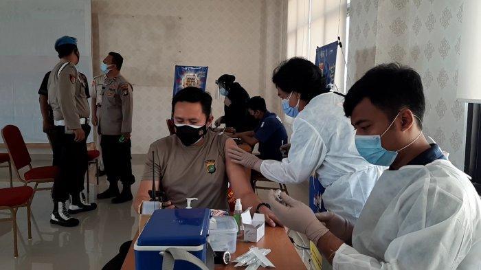 Jajaran Polres Metro Jakarta Pusat mengikuti vaksinasi Covid-19 di markas besarnya, Jalan Garuda, Kemayoran, Jakarta Pusat, Senin (8/3/2021).