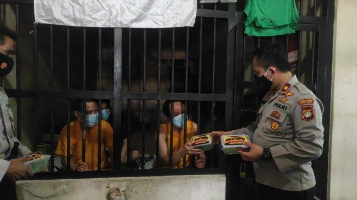 Iduladha 2021, Polres Jakarta Selatan Bagikan Ratusan Makanan Siap Saji ke Tahanan