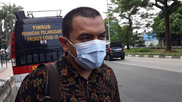 Anggota tim kuasa hukum Rizieq Shihab, Aziz Yanuar saat memberi keterangan terkait kasus dugaan tindak pidana karantina kesehatan di Pengadilan Negeri Jakarta Timur, Senin (3/5/2021).