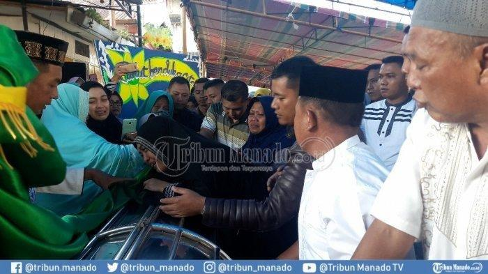 Suami Dibunuh, Tangis Istri Pecah Saat Lihat Jasad Anggota TNI Kopda Lucky Prasetyo di Rumah Duka