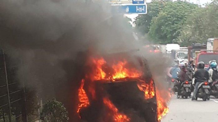 Kesal Tidak Diberi Jalan, Pengendara Motor Nekat Bakar Angkot Pakai Korek di Tangerang