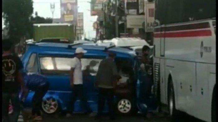 Angkot Ngebut Tabrak Bus AKAP di Jalan Dewi Sartika Ciputat, Sopir dan Penumpang Terjepit