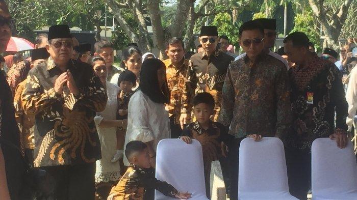 Datang ke Makam Ani Yudhoyono, SBY Cerita Soal Kain Pilihan Istri: Ada Isyarat