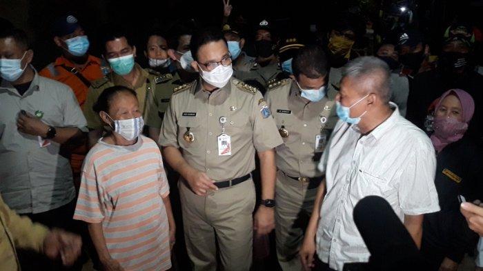 Gubernur DKI Jakarta Anies Baswedan saat mengunjungi permukiman warga RW 04 Kelurahan Cipinang Melayu, Makasar, Jakarta Timur, Selasa (9/2/2021).