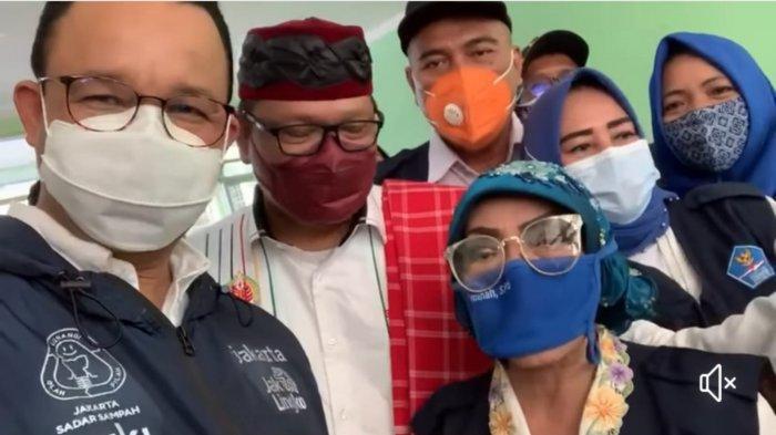 Keseruan Anies saat Blusukan: Kejeblos di Selokan, Sandal Jepit Putus Hingga Nyeker ke Mobil