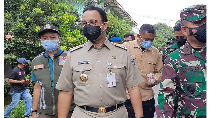 Gubernur DKI Jakarta Anies Baswedan saat melakukan pembagian masker bersamaPangdam Jaya Mayjen TNI Dudung Abdurachman di kawasan Pulo Gebang, Jakarta Timur, Selasa (9/2/2021).
