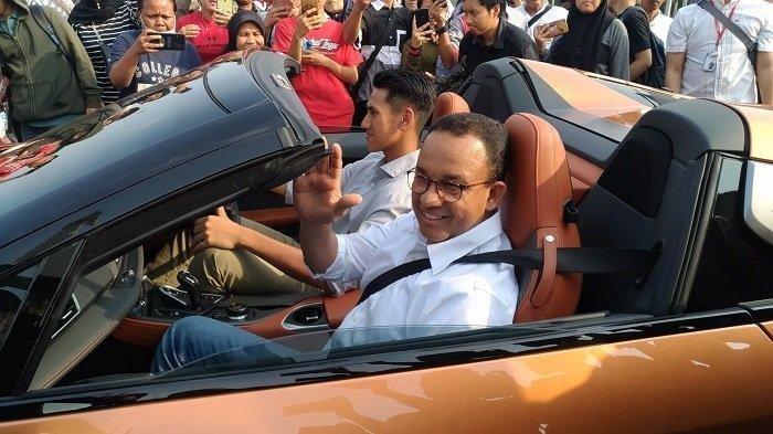 Gubernur DKI Jakarta Anies Baswedan menaiki mobil listrik di lapangan silang Monas, Jakarta Pusat, Jumat (20/9/2019).