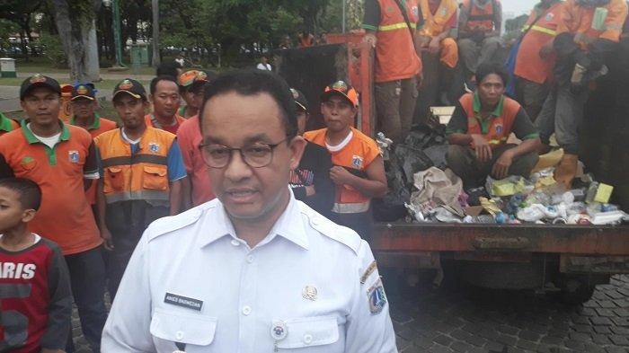 Anies Baswedan Sebut 200 Ton Sampah Diangkut Petugas dari Kawasan Monas