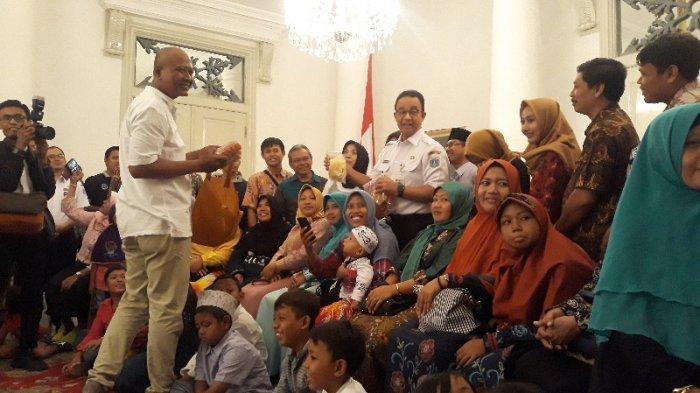 Terima Peserta Mudik Gratis di Balai Kota, Gubernur Anies Dapat Oleh-oleh Rengginang