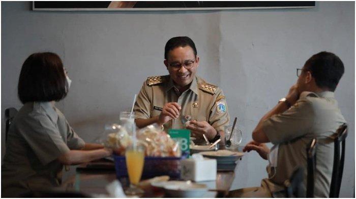Gubernur DKI Jakarta, Anies Baswedan, kembali membagikan potret saat ia menikmati kuliner di sebuah warung nasi rawon khas Jawa Timur, Selasa (23/3/2021).